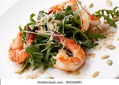 arugula salad with shrimps and pumpkin seeds