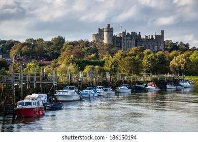 ARUNDEL, WEST SUSSEX/UK - SEPTEMBER 25 : View up river to Arundel Castle in Arundel  West Sussex on September 25, 2011