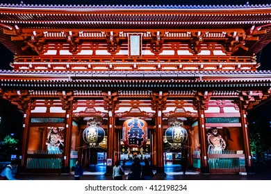 ASAKUSA, TOKYO, JAPAN - CIRCA NOV 2015 : The famous lightning gate (Kaminarimon) of Sensoji temple during nightfall.