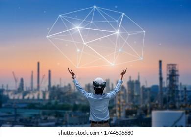 Asiatische Ingenieure stehen dem Datenlink zum Hintergrund von Öl- und Gasraffinerien, Planungskonzept für Ingenieure, Professionelle technische Überwachung der petrochemischen Industrie zur Verfügung