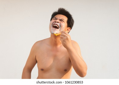Asia man have Irritability and hurt from blunt blade razor with out cream foam.