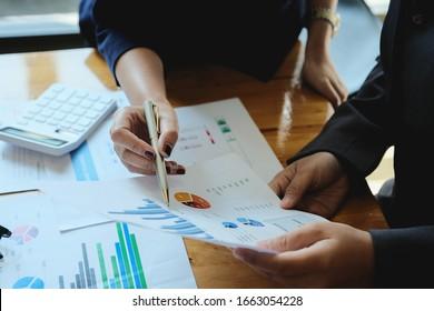 Asiatischer Unternehmensberater zur Analyse und Erörterung der Lage des Finanzberichts im Sitzungssaal.Investitionsberater, Finanzberater, Finanzberater und Rechnungsführungskonzept