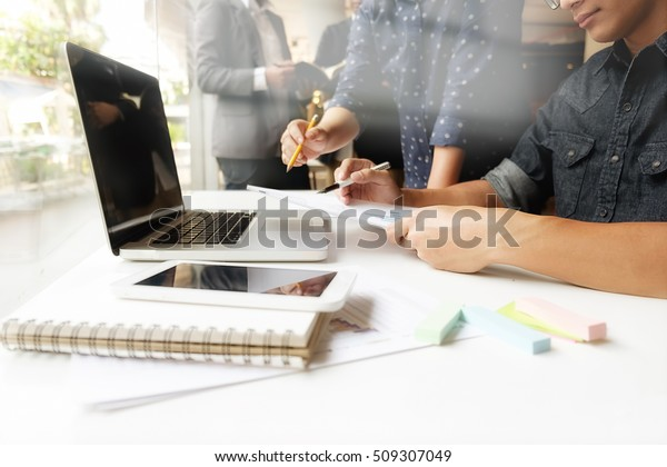 Asiatischer Geschäftsmann-Manager analysiert Daten in Diagrammen und tippen auf Computer, stellt Notizen in Dokumenten auf dem Tisch im Büro, Vintage-Farbe, selektiver Fokus. Geschäftskonzept.