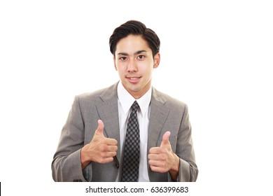 Asiatischer Geschäftsmann mit Daumen-Up-Schild