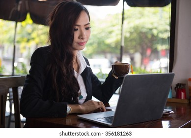 Asian business woman with digital tablet, businesswoman running a coffee shop.