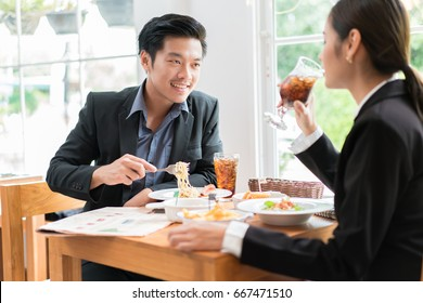 Asian businesspeople are on break for lunch at a restaurant.