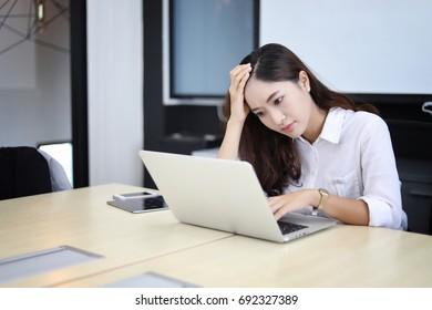 Asian businesswoman serious about the work done until the headache