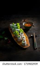 Cuisine sombre asiatique : Nouilles de boeuf roulé (Pho Cuon Viet Nam) et sauce de poisson. Cuisine traditionnelle vietnamienne à Hanoï