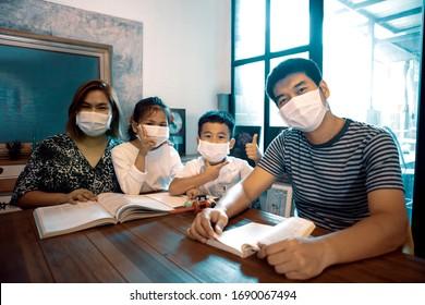 自宅のリビングルームの家庭読書本でのアジア人家族の検疫