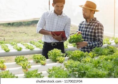 Asiatische Bauern und Berater, er spricht davon, die Produktivität steigern zu müssen.