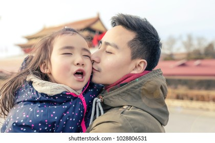 The Asian father and daughter are close to the Tiananmen square