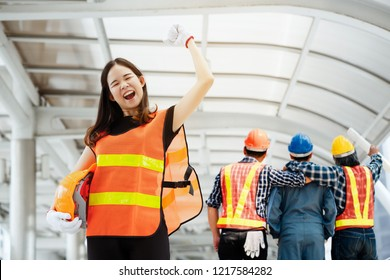 Asian female chiefs are delighted to have Team Construction asian workers are both engineers and builders are proud to succeed in the design and construction of buildings for Foreign customers.