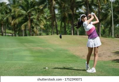 Asiatische Golfer-Swingclub auf Golfplatz grün mit Kopienraum.