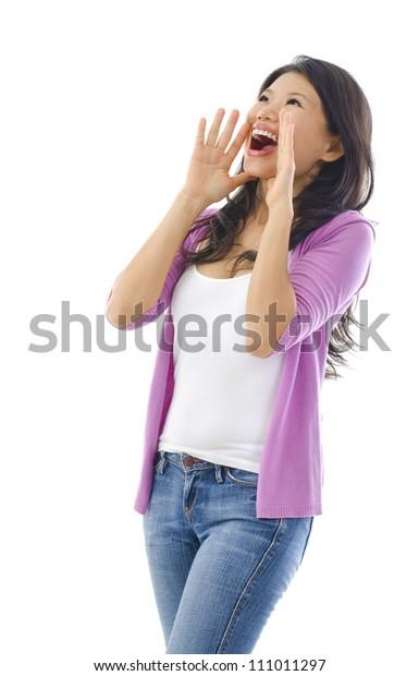 Asiatische Frauen halten Hände neben ihren Wangen und schreien eine Ankündigung.