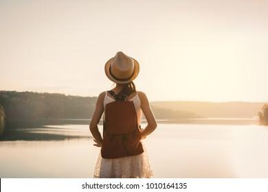 Asiatischer MädchenRucksack in der Natur bei Sonnenuntergang , Relax Zeit bei Urlaubskonzepten Reise, selektiver und sanfter Fokus, Farbton Hipsterstil