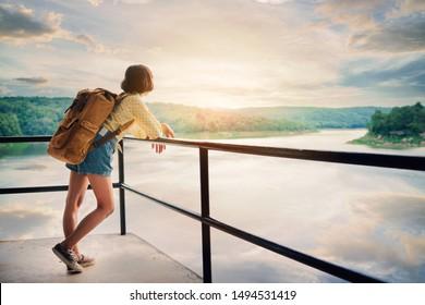 Asiatischer Mädchensack auf Parkhintergrund, Reise und Reise auf Urlaubskonzept .