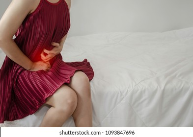 Asian girl has abdominal pain.When is menstruation.Catch his stomach.Women have bladder pain.Do not focus on objects.