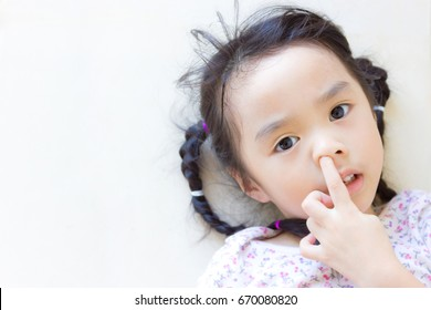 Asian girl  like picking a snot.(There is a space, enter the relevant text.)