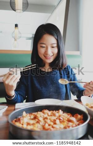 girlss-useing-food-ass-girl