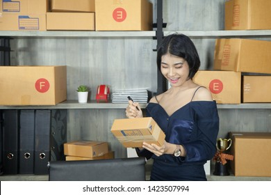 Asian girls are checking stock to check online sales, which is a modern trade through the Internet. With the development of channels for the future