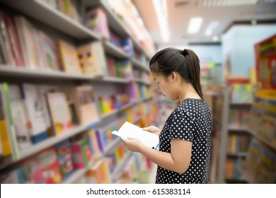 Asian girls reading a book at bookstores.