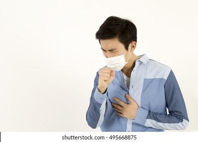 Asiatischer Mann mit einer Gesichtsmaske mit Husten