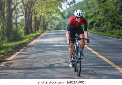 Des hommes asiatiques font du vélo de route le matin