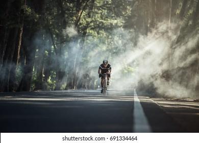 Asiatische Männer fahren morgens Fahrrad
