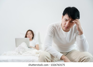Asian men are sitting stressed about having sex with their wife. Which is caused by inefficiency Sexual And stress from work Eating food that is useless May cause divorce, should consult a doctor
