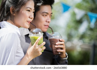 Asian men and women are drinking green tea, chocolate, cool in the summer