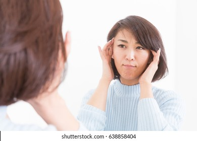 Asian middle age woman to see a mirror