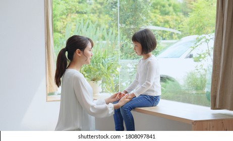 Asian mother talking with the daughter