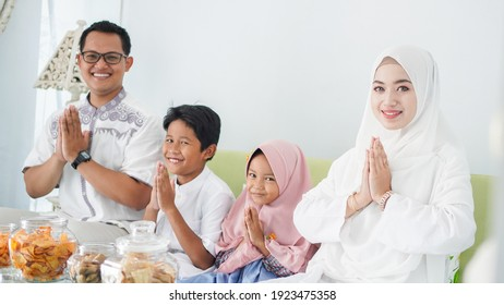 Asian Muslim families celebrate Eid together while enjoying with apology gestures