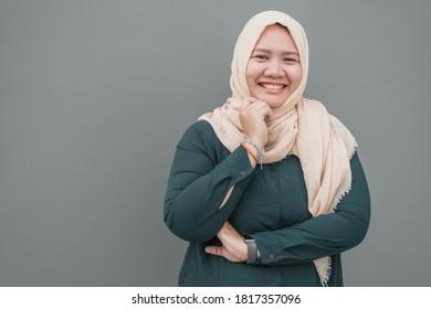 Mujer musulmana asiática con sonrisa en la cabeza con pañuelo. Mujer musulmana con sonrisa feliz.