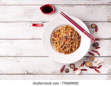 Asian noodles with chicken and mushrooms
