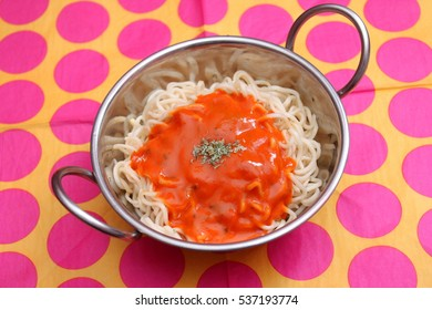 Asian noodles with a sauce of tomatoes