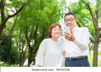 asian senior couple to see a smart phone