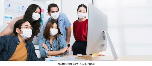 asian kleine Unternehmen Start multiethnische Brainstorm Treffen mit Laptop und Chart-Papier jeder Maske für covid19 Schutz Korona Grippe verhindern gesunde Ideen Konzept-Hintergrund
