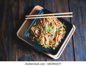 Nouilles de style asiatique avec légumes