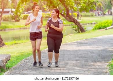 Asiatische zwei feine und fette Mädchen Freund laufen Joggingpark im Freien am Morgen