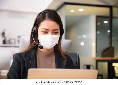 Servicio de atención a las mujeres asiáticas del centro de llamadas con auriculares para clientes de respuesta en la oficina.Asociación de servicio al cliente para