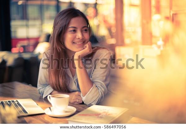 ビンテージ色の色調でコーヒーを飲むアジアの女性