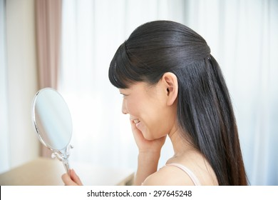 Asian woman to see a mirror