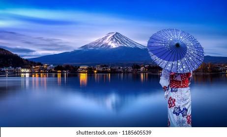 Mujer asiática usando kimono tradicional japonés en la montaña Fuji, lago Kawaguchiko en Japón.
