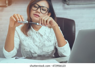 Asian women are closing the lid of the pen. Focus on the pen