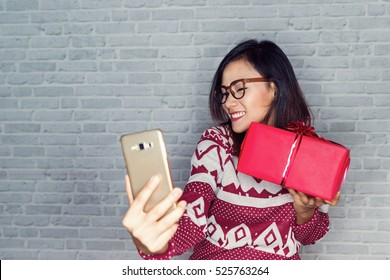 Asian women are happy to receive gifts, and photography and selfie own emotional pleasure.Focus on face