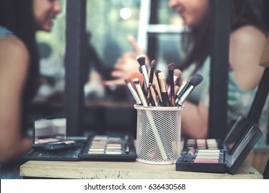 Asian women are making up With cosmetics