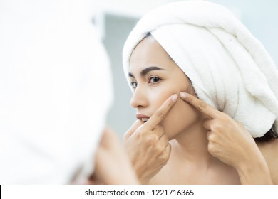 Asian women are squeezing acne after bathing.
