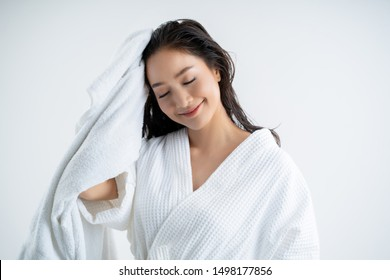 Asian women are using a dry towel to dry their hair.after showering