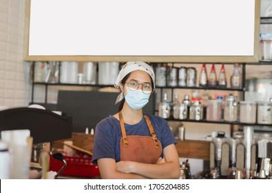 Des femmes asiatiques portant un masque de protection se tenant au café pendant la vidéo-19 pour prévenir.